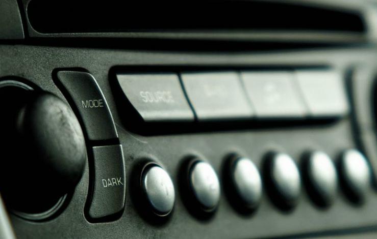 Peugeot_207_car_radio_(23396715814)